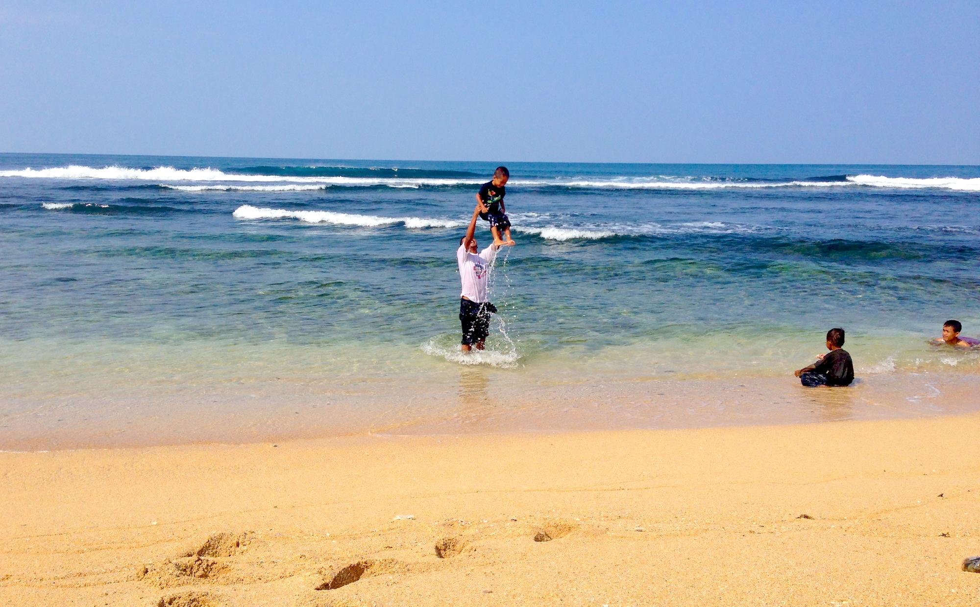 Jauhari dan Yashfa Jauhar di Pantai Sundak