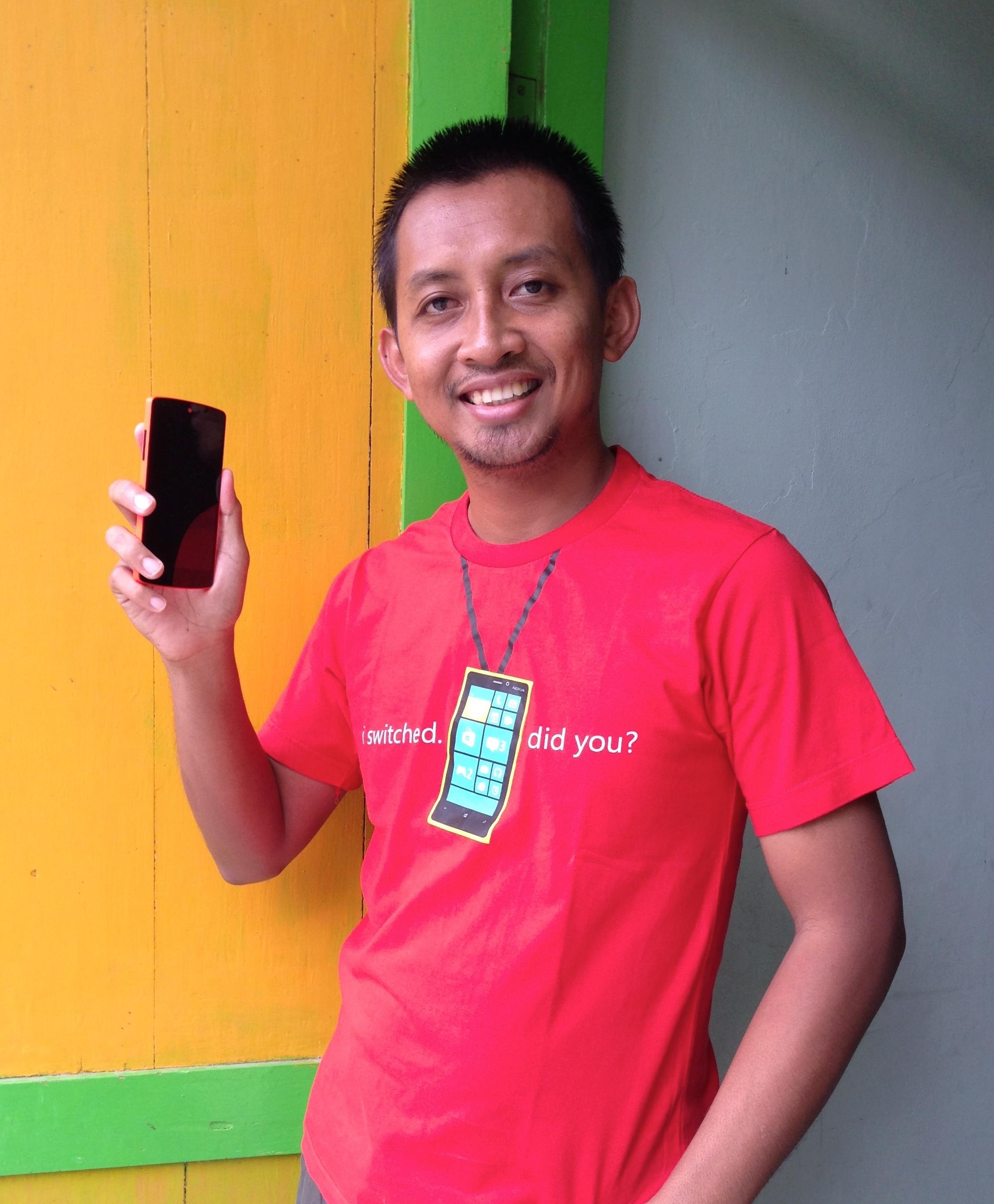 Foto bersama Nexus 5 RED Bright Kaos Windows Phone pengguna iPhone 5