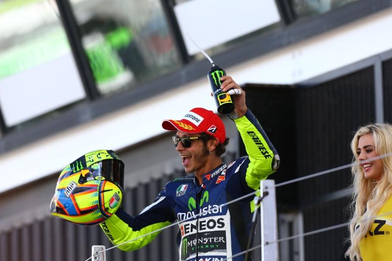 Valentino Rossi bahagia Selebrasi Podium Silverstone MotoGP 2014