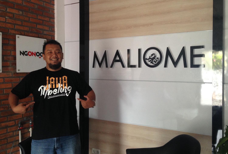 Lik Saifin dengan Kaos @JawaMbeling nya di Kantor MALIOME